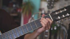 Gutiarist che gioca chitarra acustica video d archivio