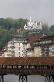 Gutsch grodowy górować nad budynkami w lucernie Zdjęcie Royalty Free