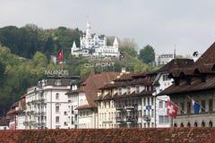Gutsch grodowy górować nad miasto budynkami Zdjęcia Royalty Free