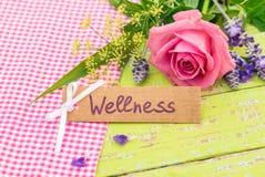 Gutschein für Wellness mit romantischem Blumenstrauß von Blumen lizenzfreie stockfotografie