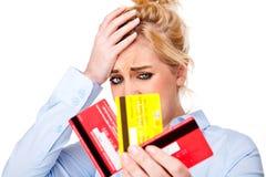 Gutschrift-Knirschen-betonte Frauen-Holding-Kreditkarten Stockbild