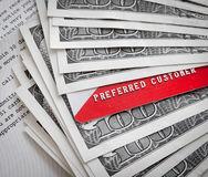 Gutschrift-/SchuldpostenScheckkarten auf usd-Banknoten Stockbilder