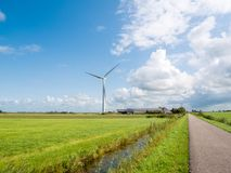 Gutshaus mit Sonnenkollektoren und windgenerators im Polder nahe M Stockbilder