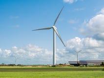 Gutshaus mit Sonnenkollektoren und windgenerators im Polder nahe M Lizenzfreies Stockbild