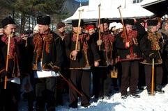 Gutsuls sta giocando i canti natalizii di natale, Ucraina immagine stock