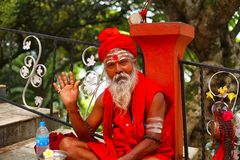 Guwahati, Assam, India, September 2016, Sadhu in saffraan die zegen, Umananda-Tempel aanbieden Royalty-vrije Stock Foto