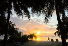 Guy Alone Watching Sunrise en islan maldivo foto de archivo