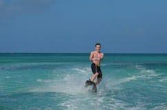 Guy In Aruba Riding joven en un Wakeboard Fotografía de archivo