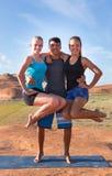 Guy Balancing Two Girls en caderas imagenes de archivo