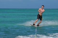 Guy With Black Trunks joven en Wakeboarding en Aruba Fotografía de archivo libre de regalías