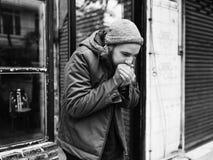 Guy Blowing sus manos en al aire libre frío fotos de archivo libres de regalías