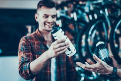 Guy Buy New Water Bottle pour la bicyclette dans le magasin de vélo image stock