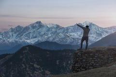 Guy Dabbing en la cordillera de Himalaya foto de archivo