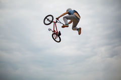 Guy does tricks on bike Royalty Free Stock Photos