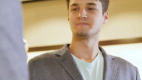 Guy Dressed em poses novas do revestimento na frente do espelho vídeos de arquivo