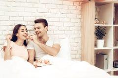 Guy Feeds Girlfriend With Sweet Dia do `s do Valentim fotografia de stock royalty free