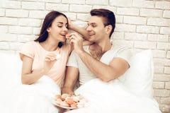 Guy Feeds Girlfriend With Sweet Giorno del `s del biglietto di S immagine stock