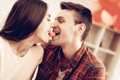Guy Feeds Girlfriend With Sweet Giorno del `s del biglietto di S fotografia stock libera da diritti