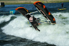 Guy Flipping sobre em seu barco Foto de Stock