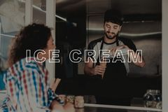 Guy In Food Truck Gives-Eiscreme zum jungen Mädchen lizenzfreie stockfotos