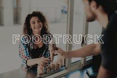 Guy In Food Truck Gives glass till unga flickan arkivbilder