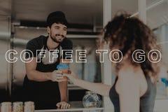 Guy In Food Truck Gives kaffe till den härliga flickan royaltyfri fotografi