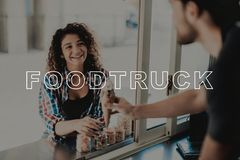 Guy In Food Truck Gives-Roomijs aan Jong Meisje stock afbeeldingen