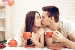 Guy And Girl Drinking Tea en cama Día del `s de la tarjeta del día de San Valentín foto de archivo