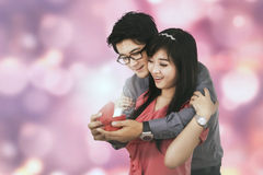 Guy give a gift to his girlfriend Royalty Free Stock Image