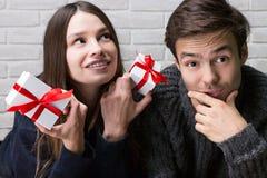 Guy Gives Gifts till hans flickvän valentin för dag s Royaltyfri Bild