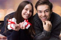 Guy Gives Gifts till hans flickvän valentin för dag s Fotografering för Bildbyråer