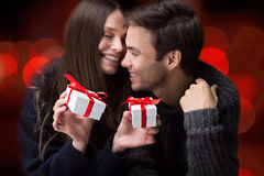 Guy Gives Gifts till hans flickvän Valentine& x27; s-dag Royaltyfria Bilder