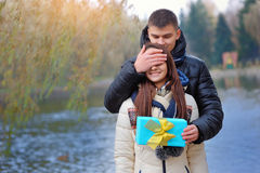 Guy gives the girl a gift Royalty Free Stock Images