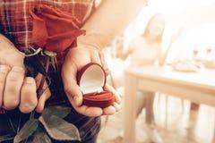 Guy Gives om dagen för Ring To Girlfriend On Valentine ` s arkivbild