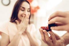 Guy Gives Ring To Girlfriend Giorno del `s del biglietto di S fotografia stock libera da diritti