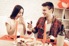 Guy Gives Ring To Girlfriend Giorno del `s del biglietto di S fotografie stock libere da diritti