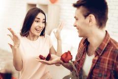 Guy Gives Ring To Girlfriend Giorno del `s del biglietto di S fotografia stock