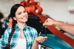Guy Gives uma chave do carro à amiga Conceito do presente imagem de stock royalty free