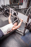 Guy In The Gym Exercising atletico Immagine Stock