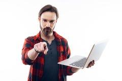 Guy Holds Laptop en Puntenvinger naar Camera stock foto