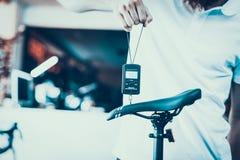 Guy Holds Portable Electronic Scale på sporten shoppar arkivbild