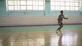 Guy Indian Beats Served Racket, badminton do jogo vídeos de arquivo