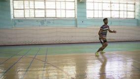 Guy Indian Beats Served Racket, Spelbadminton stock videobeelden