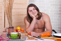 Guy in the kitchen in the morning in shorts Royalty Free Stock Photos
