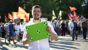 Guy Laughs y es feliz con el resultado de la protesta 4K cuando él perdió sus derechas almacen de metraje de vídeo