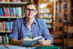 Guy in library Royalty Free Stock Photography