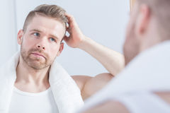 Guy looking at the mirror Royalty Free Stock Photos