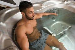 Guy Lying in Azure Jacuzzi Royalty-vrije Stock Afbeeldingen