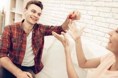 Guy Makes een Gift aan Meisje op de Dag van Valentine ` s stock afbeelding