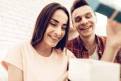 Guy Makes een Gift aan Meisje op de Dag van Valentine ` s royalty-vrije stock fotografie